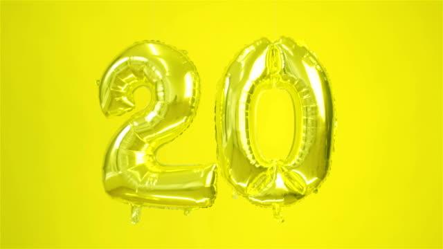 vidéos et rushes de grande boule d'or du nombre vingt sur un fond jaune. - fête de naissance