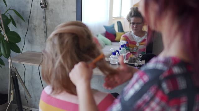 vidéos et rushes de grands cheveux et ne se soucient pas - coiffeur
