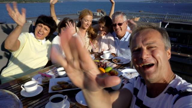 vídeos de stock e filmes b-roll de big happy family takes a selfie or uses phone video call camera - países nórdicos