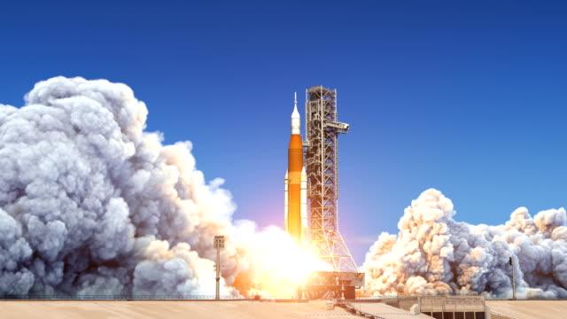 lancio di big heavy rocket (space launch system). rallentatore. animazione 3d completa. 4k. - decollare attività video stock e b–roll