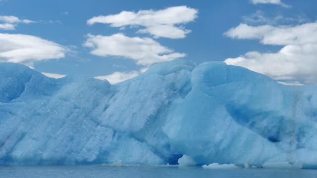 big ice floe - ghiaccio galleggiante video stock e b–roll