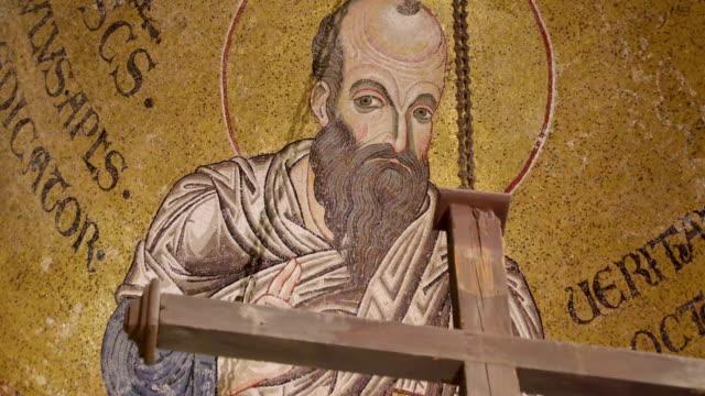 シチリア島パレルモの大聖堂の内部サンの巨大壁画 - モンレアーレ点の映像素材/bロール