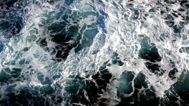 在狂風暴雨的海洋中的大海膨脹 - 大 個影片檔及 b 捲影像