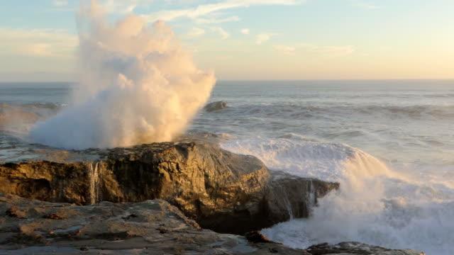 stora oceanen vågorna kraschar mot klipporna i kalifornien - stenstorlek bildbanksvideor och videomaterial från bakom kulisserna