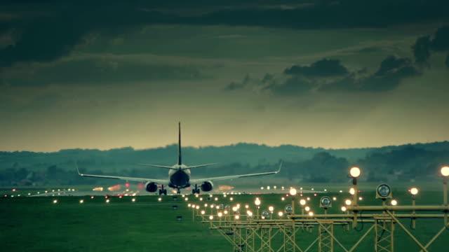 vídeos y material grabado en eventos de stock de big avión de despegue - viaje en primera clase