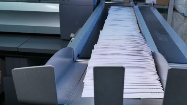 stort bråk i kuvert på monteringsbandet i en fabrik - kuvert bildbanksvideor och videomaterial från bakom kulisserna