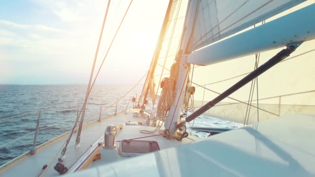 vídeos de stock e filmes b-roll de big sailing yacht driving thru the ocean on a sunny day - pov view - veleiro