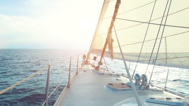 grande yacht a vela che guida attraverso l'oceano in una giornata di sole - vista pov - andare in barca a vela video stock e b–roll