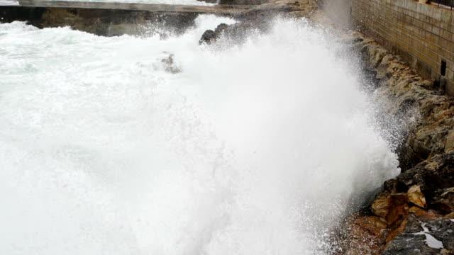 vídeos y material grabado en eventos de stock de grandes olas de mar y fuertes vientos - pesado