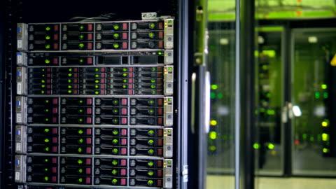 großen server-racks im modernen rechenzentrum. internet-technologie-konzept. 4k. - bitcoin stock-videos und b-roll-filmmaterial