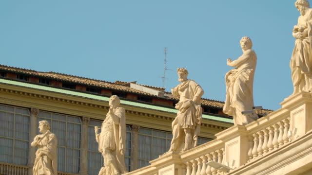 stora statyer på templet väggen i vatikanen rom italien - påve bildbanksvideor och videomaterial från bakom kulisserna