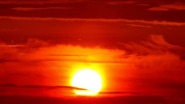 große sonne mit wolken sonnenaufgang zeitraffer - sonnenaufgang stock-videos und b-roll-filmmaterial