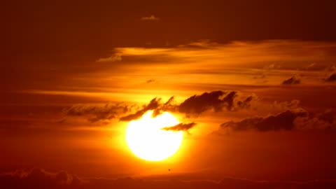 vídeos y material grabado en eventos de stock de gran sol con nubes amanecer timelapse - sol