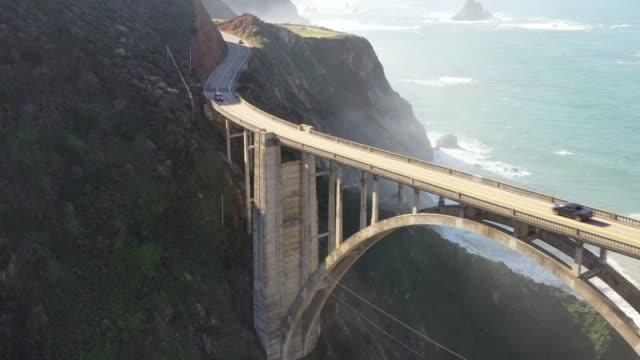 big sur. bixby bridge. route 1. california state route. atlantik. luftdrohne. - wahrzeichen stock-videos und b-roll-filmmaterial