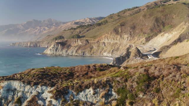 vídeos de stock e filmes b-roll de big sur, california - aerial view - montanha costeira
