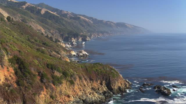 vídeos de stock e filmes b-roll de big sur, california - drone shot - montanha costeira