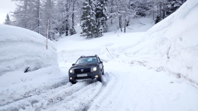 A big suv stuck in snow on a road bend A big suv stuck in snow on a road bend vinter stock videos & royalty-free footage