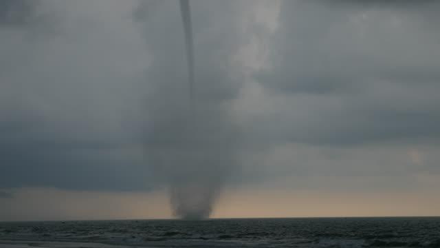 vídeos y material grabado en eventos de stock de gran tornado en el mar en un día nublado - tornado