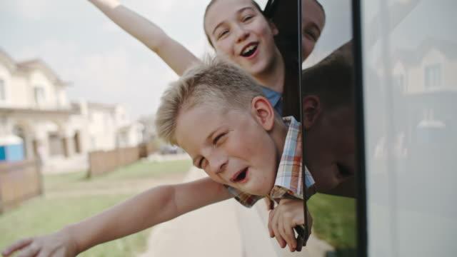 vídeos de stock, filmes e b-roll de grande viagem para crianças - veículo terrestre