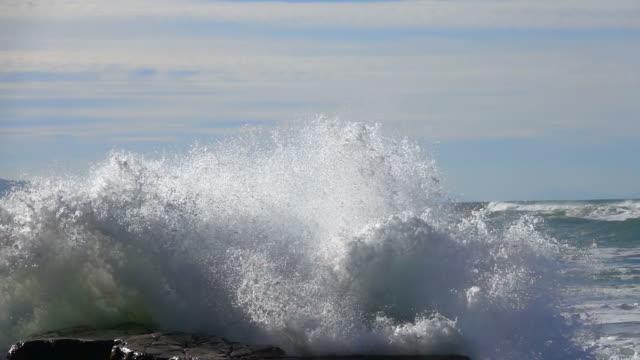 vidéos et rushes de big wave écrasement côte - roc