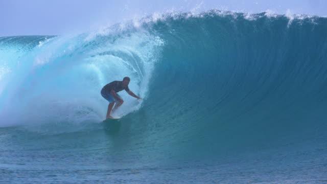スローモーション: ビッグ ウェーブ カールな極端なサーファーを撮影するプロのカメラマンに - サーフィン点の映像素材/bロール