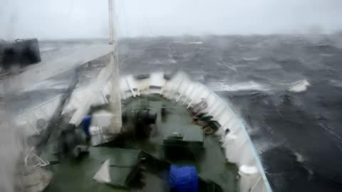 vidéos et rushes de grosse vague roulant sur le museau du navire - transport nautique