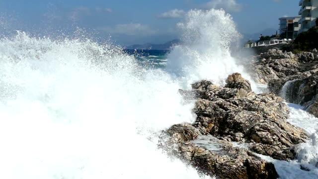 stockvideo's en b-roll-footage met grote golven en ruwe zee - rocks sea
