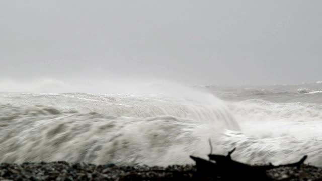 vídeos de stock, filmes e b-roll de grandes ondas do mar quebrando sobre a defesa parede - estreito mar