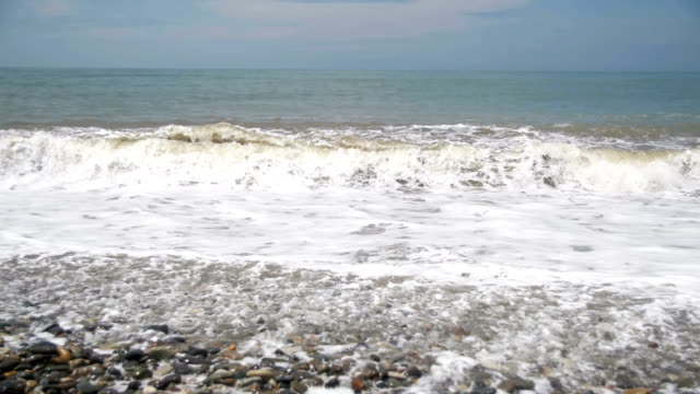 vídeos de stock e filmes b-roll de big waves crashing on stone beach. slow motion - transatlântico