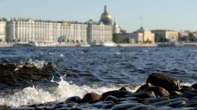 slowmotion: stora vågor av floden neva på stadsbilden bakgrunden i sommaren - st. petersburg, ryssland - peter and paul cathedral bildbanksvideor och videomaterial från bakom kulisserna
