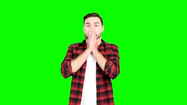 großen gewinn überraschung mann auf green-screen. - mann bart freisteller stock-videos und b-roll-filmmaterial