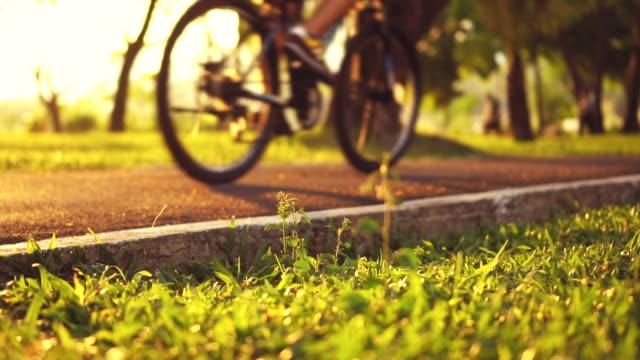 vídeos de stock e filmes b-roll de bike lane in public park - parque público