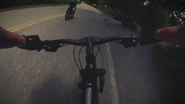 友人と自転車ライドハンドルバーPOVクルージングロード ビデオ