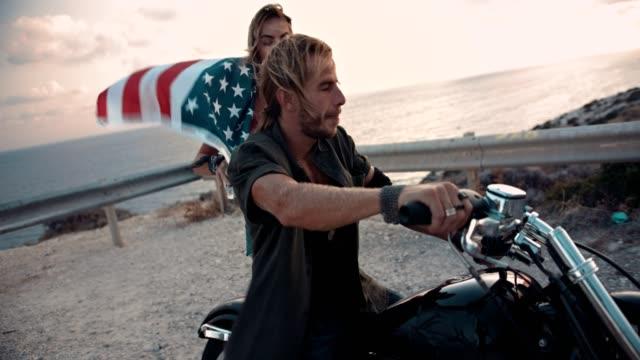 vidéos et rushes de couple biker avec american indicateur de réglage hors tension pour voyage sur la route - patriotisme