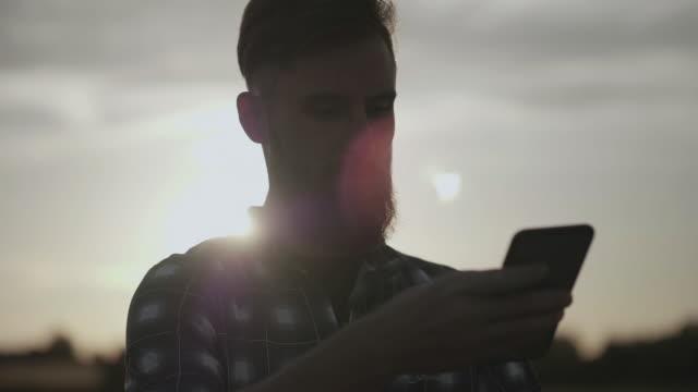 Biker schreibt SMS und Überprüfung Navigation bei Sonnenuntergang – Video