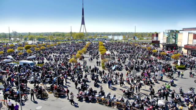 hd-bike stagione apertura nella riga - lettonia video stock e b–roll