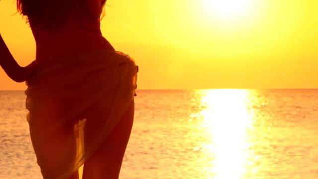 ビキニモデル、サロンであるサンセット - ビーチファッション点の映像素材/bロール