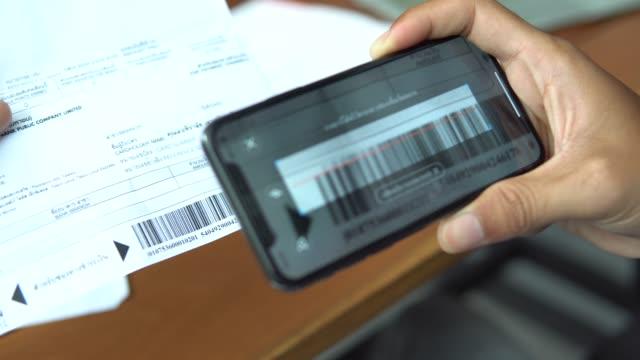 räkningsbetalning - lön bildbanksvideor och videomaterial från bakom kulisserna