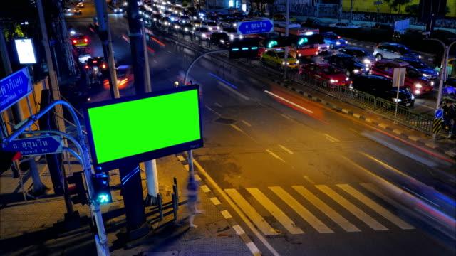 billboard-grünschirm neben straße - spruchband stock-videos und b-roll-filmmaterial