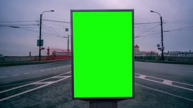 vídeos de stock, filmes e b-roll de tela verde do quadro de avisos nas ruas da cidade grande. timelapse - poster
