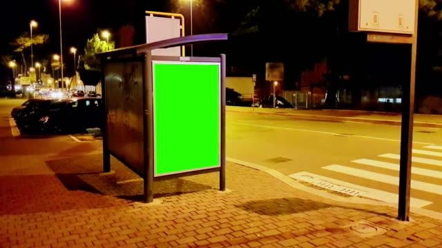 vídeos y material grabado en eventos de stock de cartelera con una pantalla de chroma key verde en una calle de tráfico la noche coches de ciudad, noche, anuncio de luz - póster