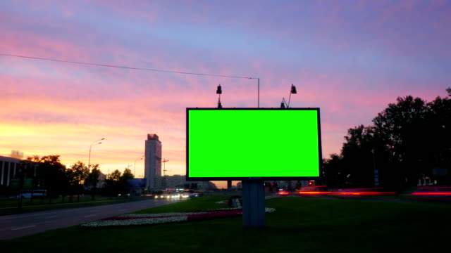 vídeos de stock e filmes b-roll de a billboard with a green screen on a busy street - modelo arte e artesanato