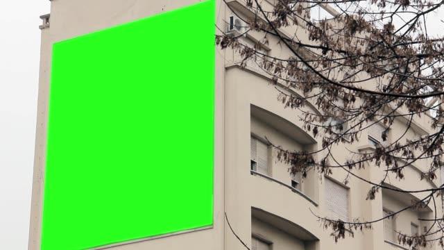 vídeos y material grabado en eventos de stock de cartelera con pantalla verde en un edificio. - póster