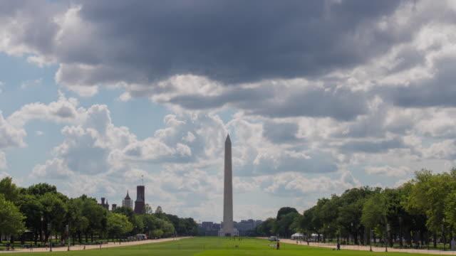 washington anıtı üzerinde dalgalanan bulutlar - zaman atlamalı - obelisk stok videoları ve detay görüntü çekimi