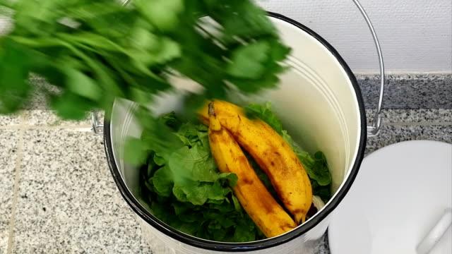 slo mo binning fortfarande ätbar mat - food waste bildbanksvideor och videomaterial från bakom kulisserna