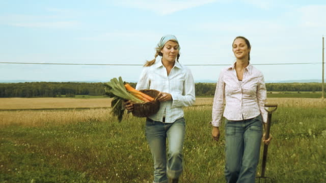 bio_generation_02 - agricoltrice video stock e b–roll