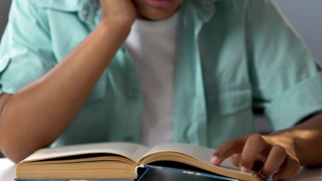 白人少年の指、ホーム割り当て、夏行、次の本を読んで - 指点の映像素材/bロール