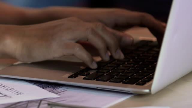ノート パソコンのキーボード、フリーランサーのプロジェクトに取り組んでの入力異人種間の女性の手 ビデオ