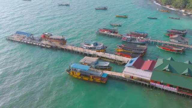vogelaugenlandschaft von pier und bunten langschwanzbooten in der nähe des ozeans in koh rong island in der nähe von sihanoukville in kambodscha - kambodschanische kultur stock-videos und b-roll-filmmaterial