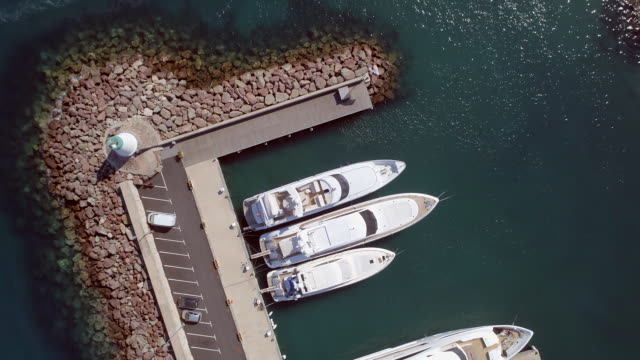 vídeos de stock, filmes e b-roll de vista panorâmica de um iate e barco marina - marina